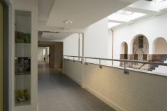 Galerij en vitrinekastje